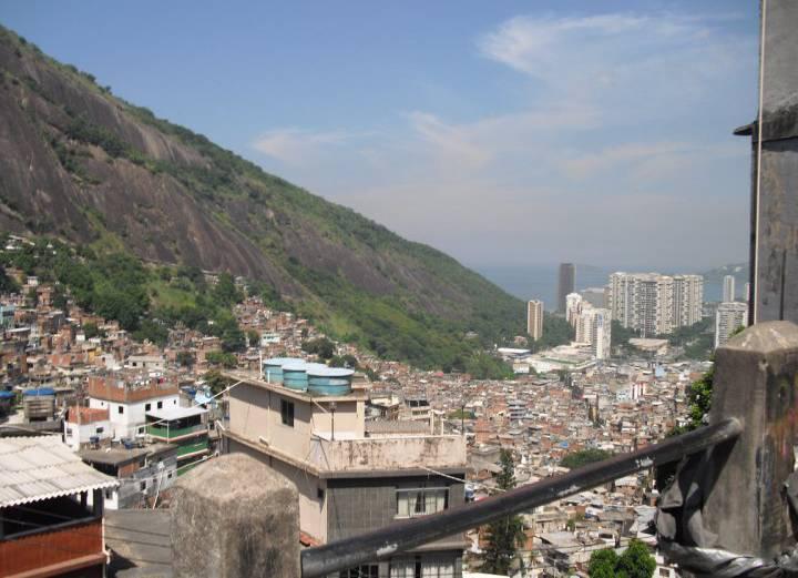 A Rocinha com o bairro de São Conrado ao fundo.