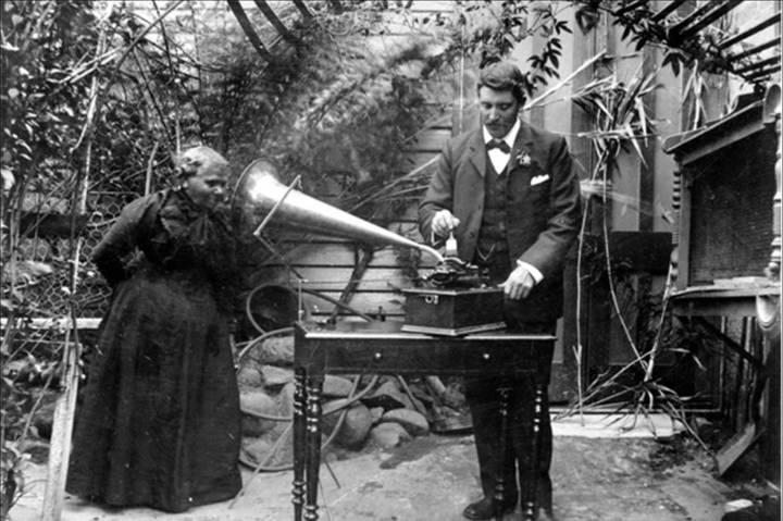 Fanny Cochrane gravando canções aborígenes da Tasmânia para a Royal Society de Hobart. WIKIMEDIA